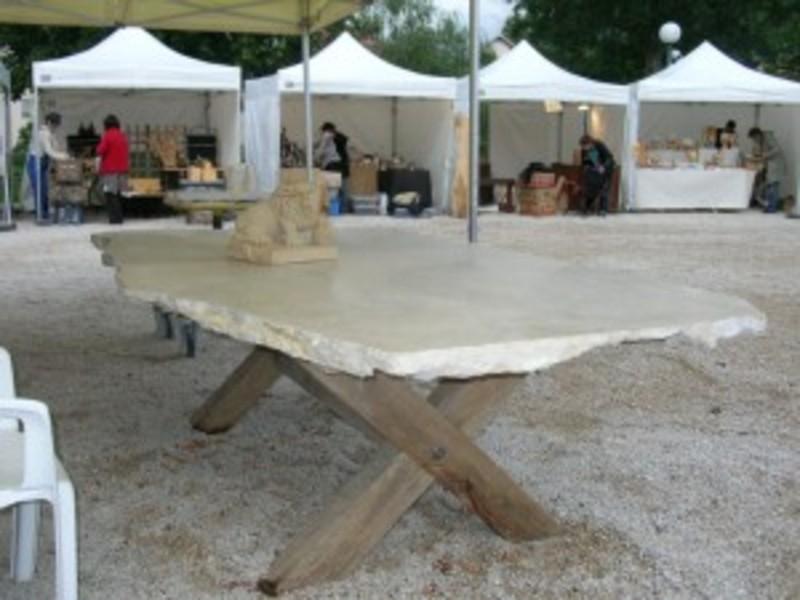 table comprenant un plateau en pierre dure adoucie et des pieds en bois brossés