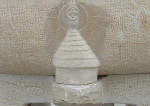 Case traditionnelle de Nouvelle Calédonie. 2 totems sculptés dans l'encadrement de porte protègent la demeure.