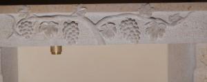 Détail de la sculpture du cep de vigne devant le lavabo