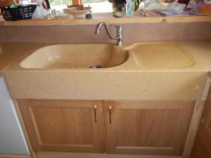 Evier 1 bac avec égouttoir, entièrement poli, vasque immense, très sobre. Ce type d'évier s'intègre très bien dans des cuisines modernes contemporaines
