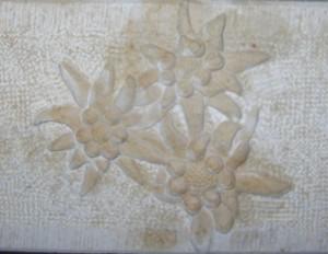 fleurs Edelweiss sculptées en surépaisseur sur le chant de l'évier