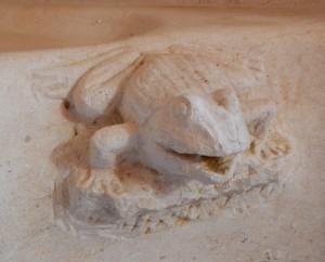 détail d'une gargouille en forme de grenouille
