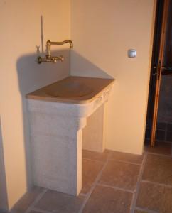 Lavabo ayant une vasque en forme d'haricot avec des rebords très arrondis. Cette forme est très douce . Jambages en pierre . Bonde et robinetterie en laiton.