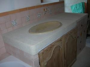 Lavabo en une seule pierre: Vasque en forme d'ellipse adoucie, et plan bouchardé