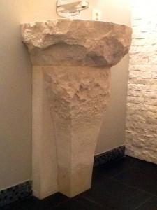 le jambage, d'aspect très brut en partie haute est taillé de plus en plus finement jusqu'à être poli dans sa partie basse.
