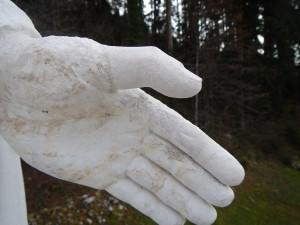 main droite restaurée. Remplacement du pouce et de l'index. Photo prise avant l'application de la patine blanche.