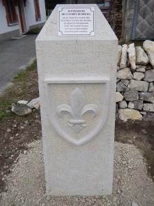 Borne Franco-suisse, blason de la fleur de Lys.