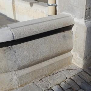 Détail d'une margelle droite moulurée de bac de fontaine en pierre calcaire