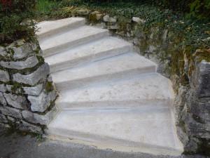 escalier massif, après restauration. Les marches ont été redimensionnées pour plus de confort