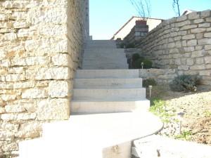 escalier massif en pierre