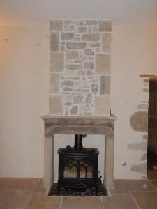 habillage de la hotte de cheminée. Chaînes d'angles rustiques et habillage en pierre à maçonner