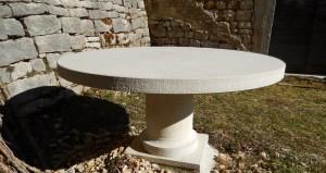 Table extérieure cylindrique comprenant un pied cylindrique mouluré et un grand plateau ( diamètre 160 cm)