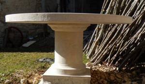Détail de la moulure du pied cylindrique de la table en pierre